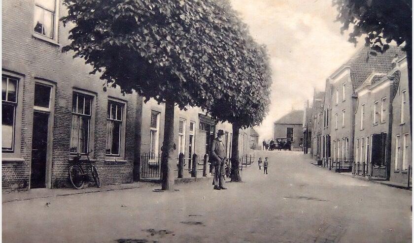 <p>Het noorden van de Voorstraat in Stad aan &lsquo;t Haringvliet. &quot;De foto moet in de periode 1917-1925 zijn genomen&quot;, aldus Mellaard. &quot;Een T-ford op de Zeedijk, met in de achtergrond de Redoute en de hulponderwijzer Jannis Cornelis Elv&eacute; 1841-1928 in z&rsquo;n maatpak links onder de bomen, geeft een mooi beeld van het dorp. De heer Elv&eacute; noem ik in het boek een markante Stadtenaar. Zijn langjarige verdiensten voor het dorp waren uitzonderlijk.&quot;</p>