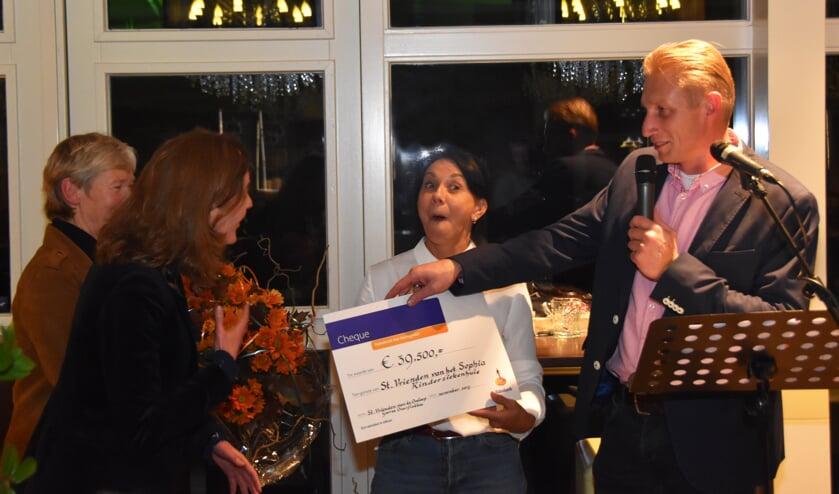 Medewerkers van het Sophia Kinderziekenhuis zijn blij verrast met het bedrag dat lopers bij elkaar hebben gelopen.