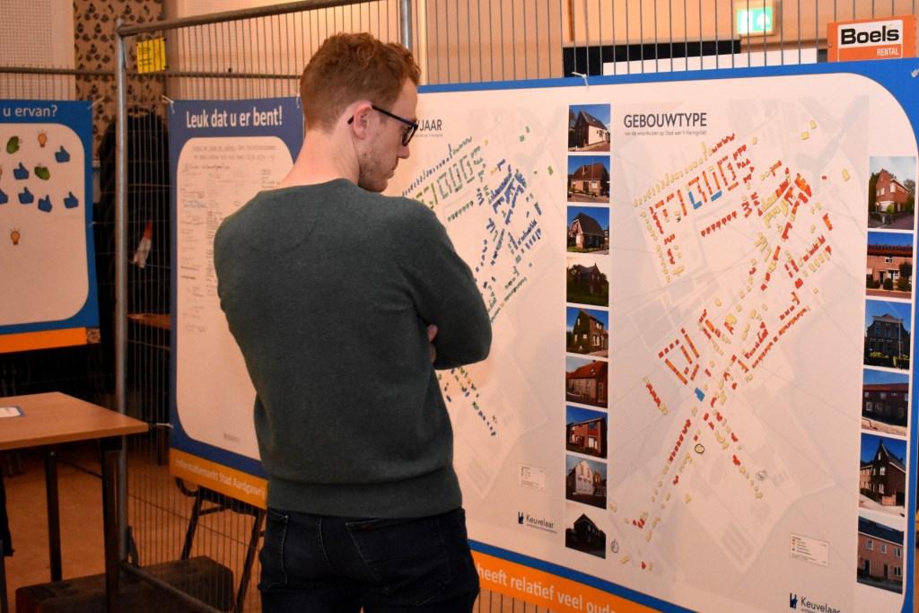 Een bezoeker bekijkt de kaart met alle gebouwen in Stad aan 't Haringvliet.  ©