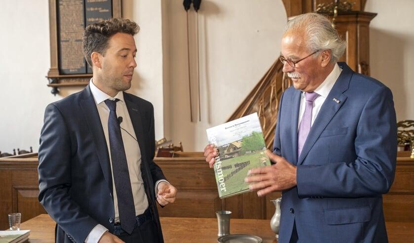 Motte-voorzitter Arjen Diepenhorst (links) met de schrijver van het jubileumboek 'Boeren in Berwoutsmoer', Rias Olivier. Foto: Hans Villerius