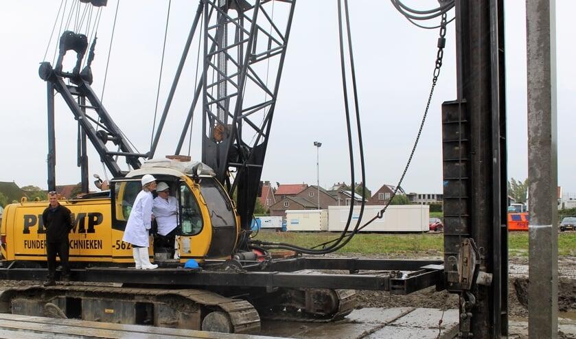 De burgemeester slaat de 'eerste paal'. Foto: Mirjam Terhoeve