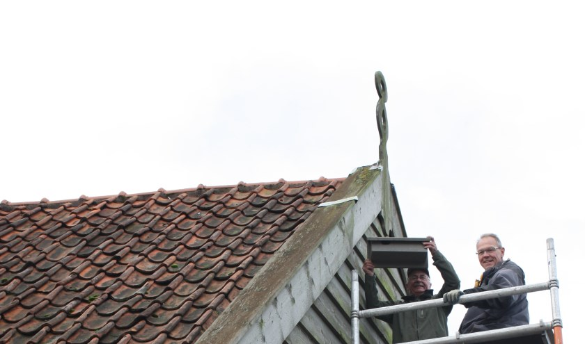 Vrijwilligers van de NLGO hangen een nestkast op aan de Wurft.