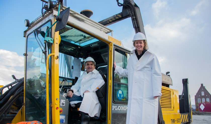 Henk Brinkman van Sjaloom Zorg en Ellen Hoogervorst van CuraMare slaan samen de eerste paal voor het nieuwe woon-zorgcomplex.