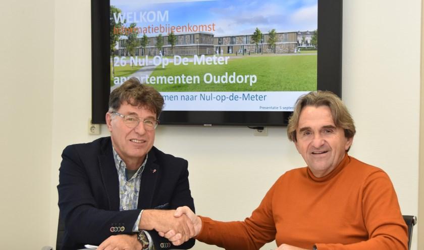 Bram Pijl (links) en Henk Brinkman hebben hun handtekening onder het huurcontract gezet. Hiermee is Sjaloom Zorg officieel de huurder van De Vyver.