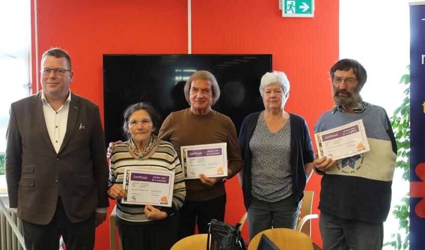 Wethouder Bruggeman en docente Harmke Spoelman ( 2e v links) met enkele cursisten.