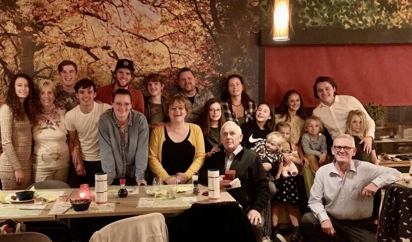 Inge (midden) en Wim (uiterst rechts) met hun gezin op de verjaardag van ome Dick.