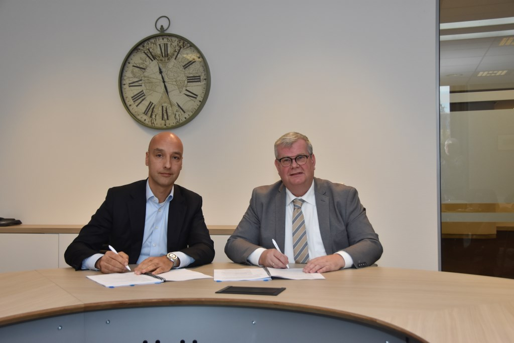Tomas van den Berg en Peter Feller (rechts) zetten hun handtekening onder de overeenkomst.  ©