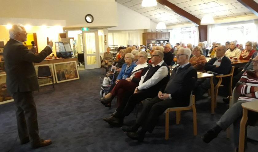 Bezoekers luisteren geboeid naar oud-onderwijzer Gerard Leijsen. Foto: Jan Verboom