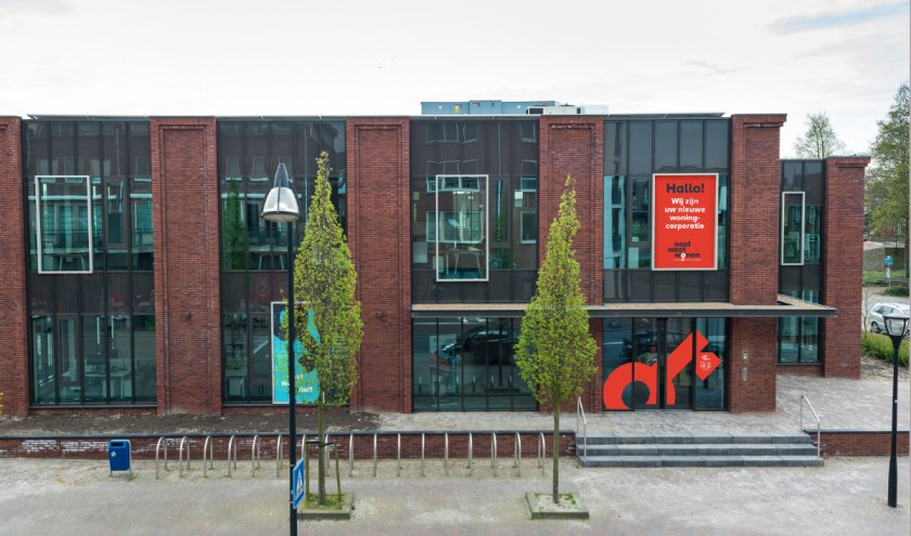 Het centrale kantoor aan de Langeweg in Middelharnis. Met een impressie van de nieuwe belettering.