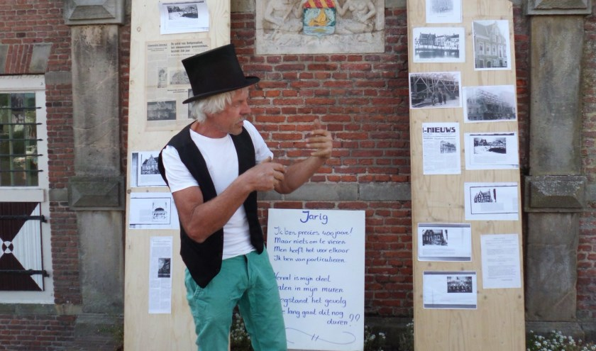 Ton Korteweg op een archieffoto tijdens Monumentendag in 2013 waar hij een pleidooi houdt voor het behoud van het oude Raadhuis in Ooltgensplaat.