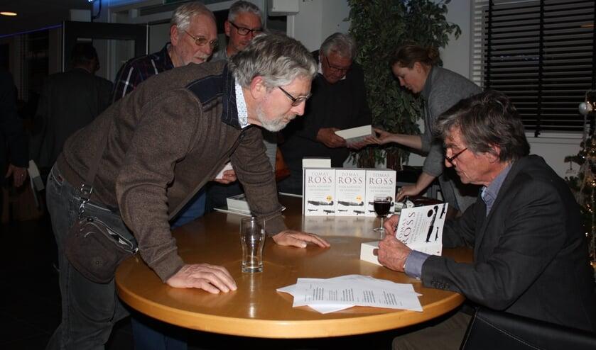 Schrijver Tomas Ross signeert in zijn geboortedorp Den Bommel.