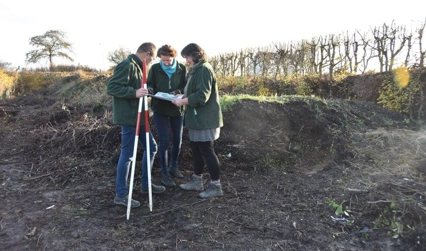 Cor en Jolanda Joppe en Hannie Grinwis (rechts) bestuderen de tekening op de plaats waar De Nollehof zal worden gerealiseerd.