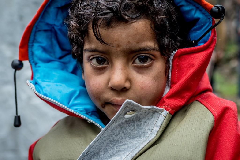Jongen in een vluchtelingenkamp met een sheltersuit. Foto: Stichting Sheltersuit  ©