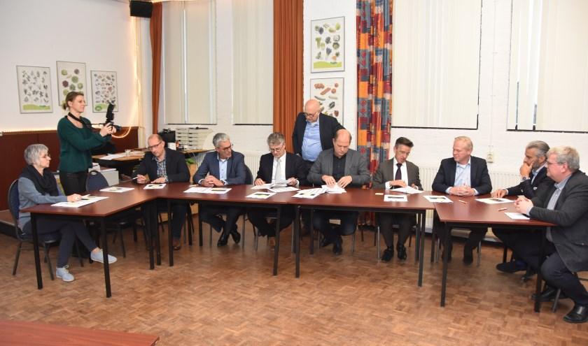 Een groot aantal betrokkenen ondertekenen de subsidieaanvraag.