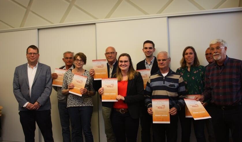 De opgeleide schuldhulpmaatjes ontvingen hun certificaat van bekwaamheid. Links: wethouder Bruggeman.