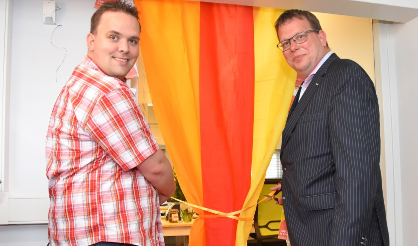 Wethouder Berend-Jan Bruggeman en Michael staan gereed voor de openingshandeling van het kantoor van SBB Zomerland.