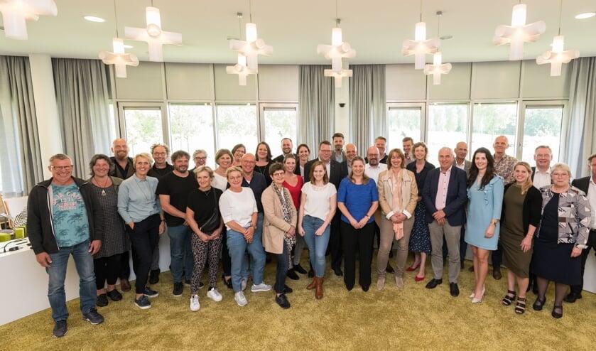 De nieuwe 27 zorgaanbieders hebben het zorgcontract samen met de gemeente Goeree-Overflakkee ondertekend.