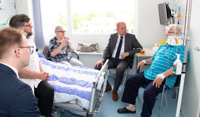 Kees van der Staaij sprak met de Raad van Bestuur, geriater Arends en oudere patiënten. Foto: CuraMare