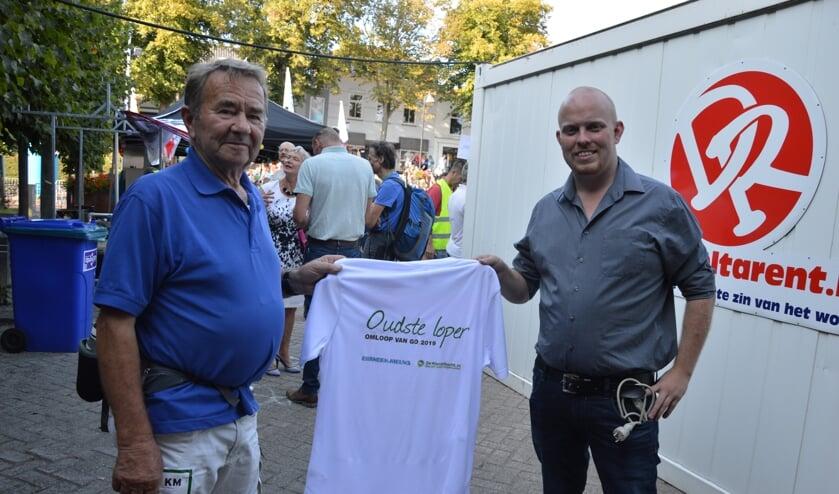 Leen Wielhouwer ontvangt het shirt voor de oudste loper van Harold Sturm van Eilanden-Nieuws.