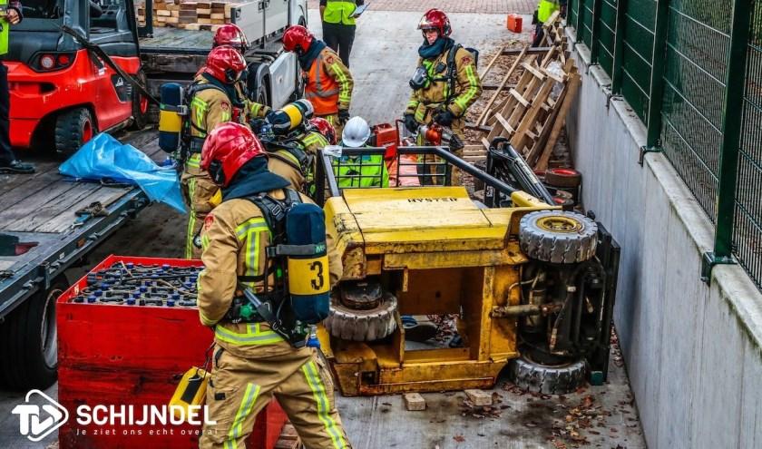 Bij de brandweerwedstrijd moesten de korpsen onder andere een persoon bevrijden die bekneld zat onder de heftruck. Foto: TV Schijndel
