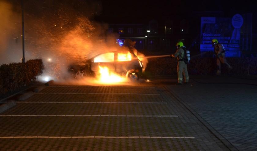 Brandende auto aan de Rottenburgseweg in Middelharnis. Foto: FlakkeeNieuws
