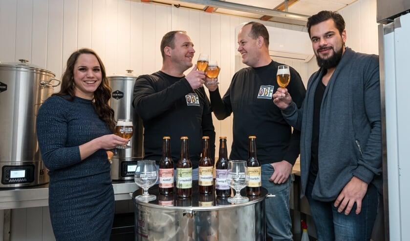 De organisatoren van het Bierfestival en brouwers van Brouwerij Buutegeweun proosten samen.