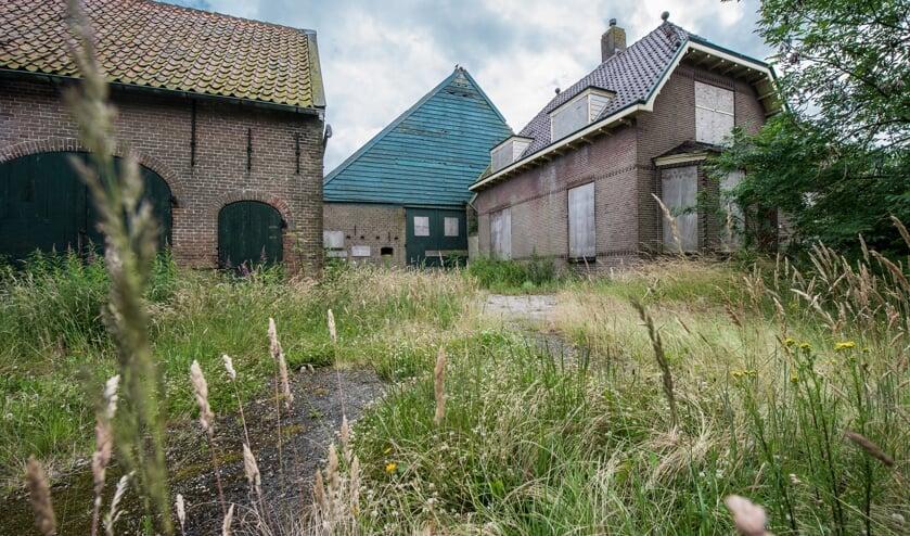 Op de beoogde locatie voor de woningen en appartementen staat een vervallen boerderij.