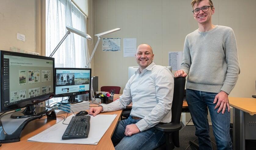 Gert Klok (links) is de nieuwe hoofdredacteur van Eilanden-Nieuws. Martijn de Bonte zwaait af. Foto: Wim van Vossen