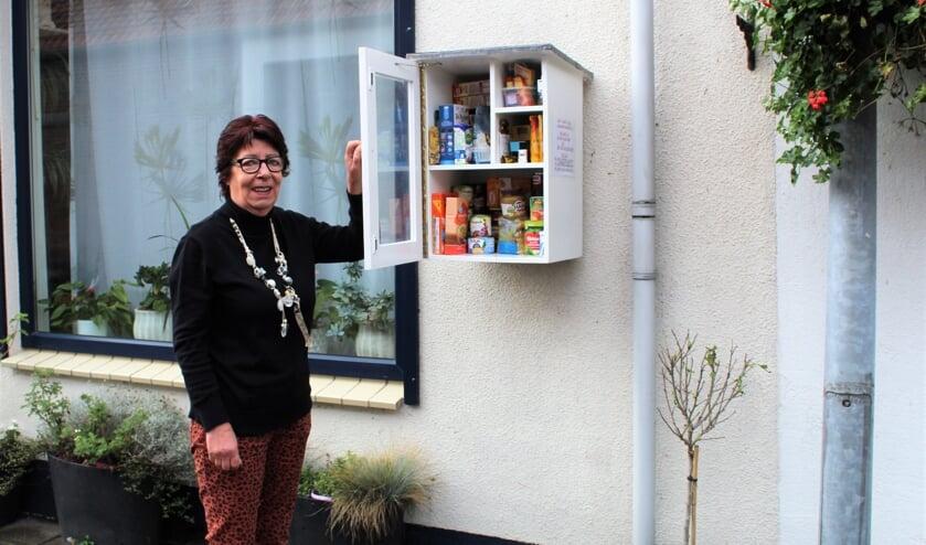 <p>Anneke Rotmans bij het weggeefkastje in Den Bommel (Foto: Mirjam Terhoeve).</p>