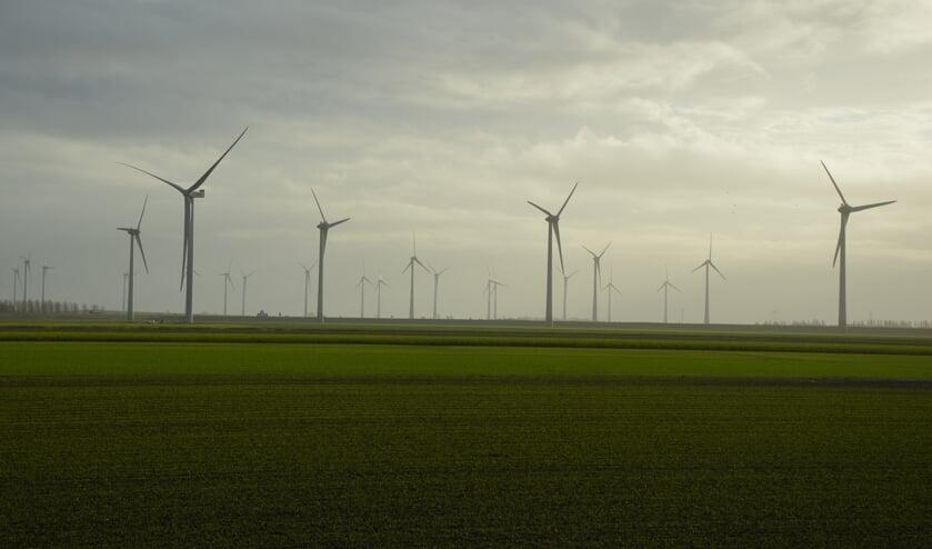 <p>Tussen Oude-Tonge en Nieuwe-Tonge worden momenteel windturbines gebouwd, die volgens critici dus helemaal niet nodig zijn gebleken (Foto: Erwin Guijt).</p>