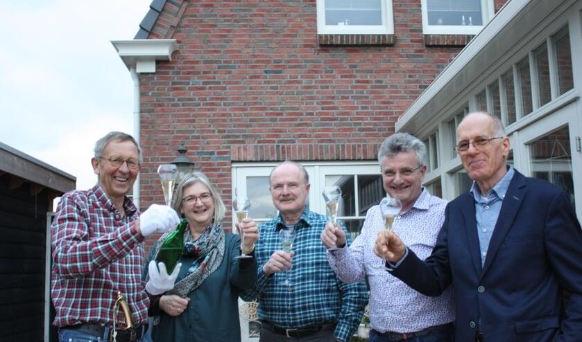 V.l.n.r. Cees Breederland, Akkie Krouwel, Peter Krouwel, Joan Smit en Klaas van der Velde toosten op de lancering van de website.