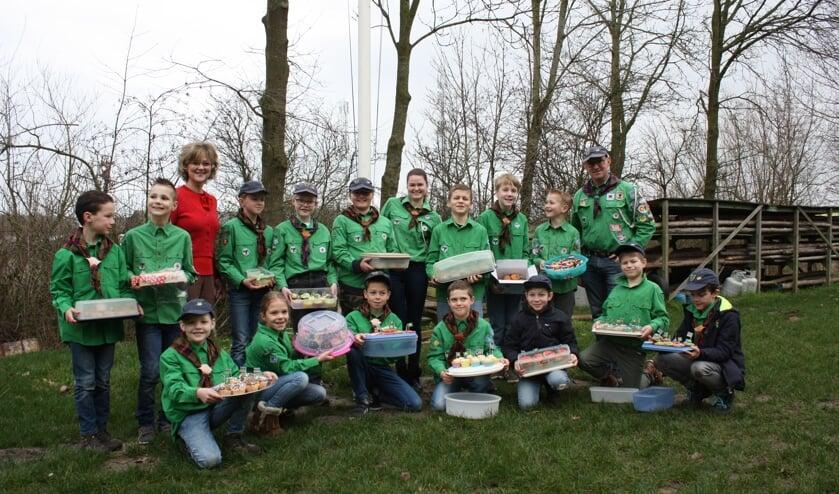 De welpen van Scouting Jan Joosten met burgemeester Grootenboer in hun midden (Foto: Kees van Rixoort).