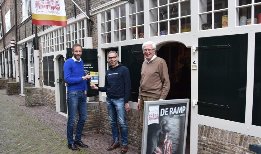Rudie Heintjes (midden) bij de aftrap van de Goeree-Overflakkee Quiz voor het Streekmuseum. Links Bertrand van den Boogert en rechts Jan Overweel.