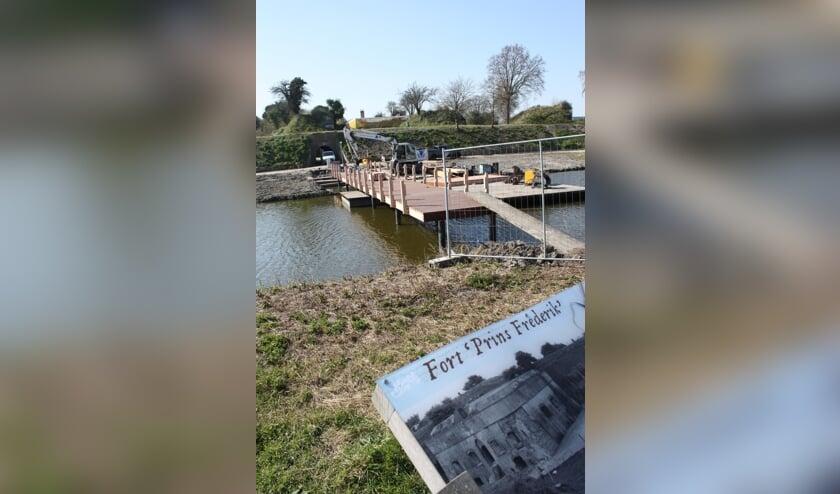 De brug bij het fort is in aanbouw.