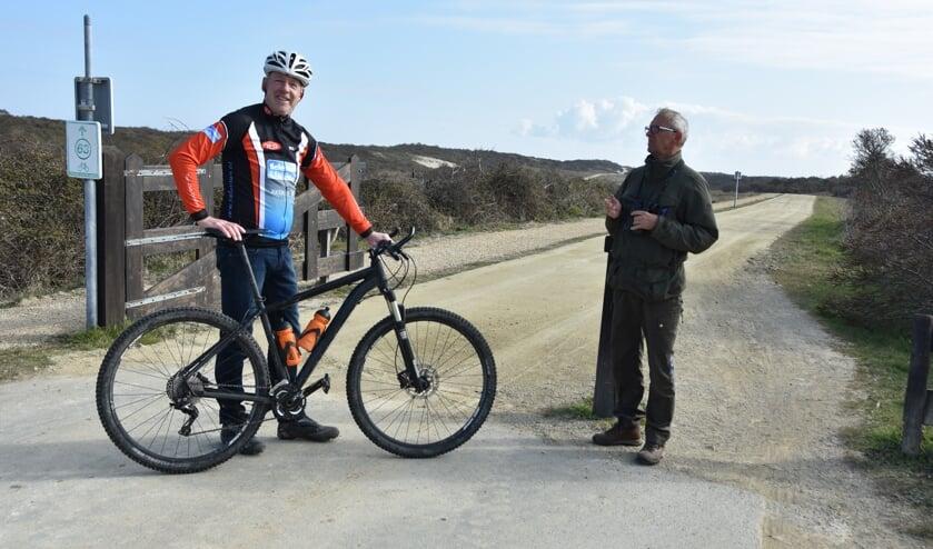 Jaap Santifort (links) en Ted Sluijter bij het startpunt van de mtb-route.