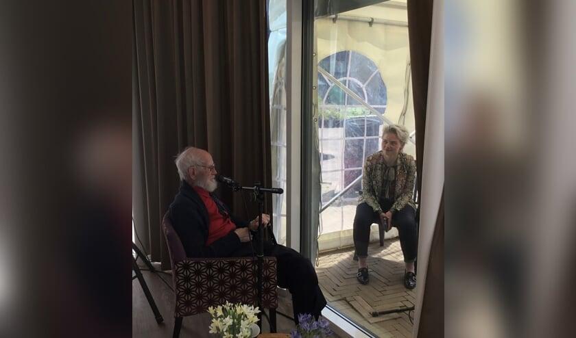 Schrijfster Geartsje Pols in gesprek met Arie van Houwelingen in De Vliedberg                                   (Foto: CuraMare).
