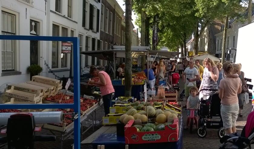 De weekmarkt op de Sommelsdijkse Voorstraat. (Archieffoto Eilanden-Nieuws)