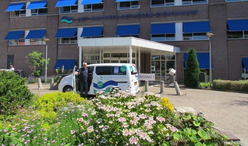De shuttlebus voor de ingang van het ziekenhuis (Foto: CuraMare).