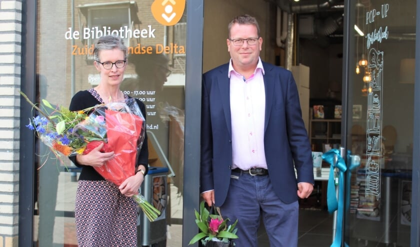 Kristi Okker van Bibliotheek Zuid-Hollandse Delta en wethouder Berend-Jan Bruggeman bij de pop-up bibliotheek in Oude-Tonge (Foto: Mirjam Terhoeve).