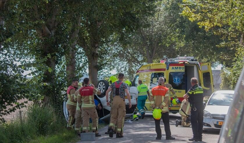 Bij Melissant vloog een auto over de kop nadat de bestuurder een geparkeerde auto raakte (Foto: FlakkeeNieuws/Robin van Mourik).