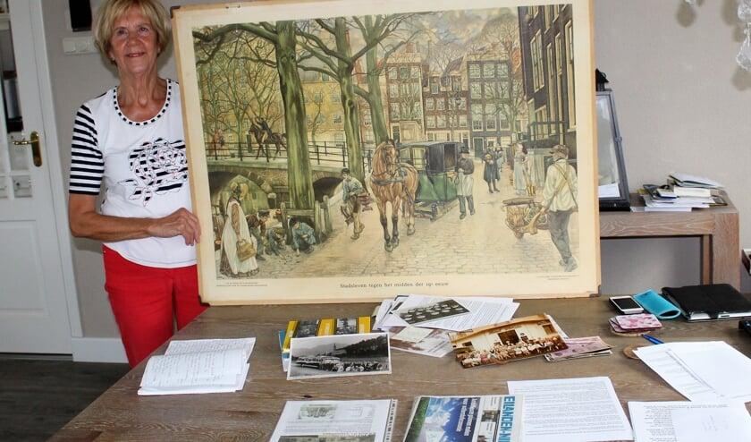 Jeanne Buijs-De Wit met een deel van de verzameling en een oude schoolplaat, beschikbaar gesteld door het streekmuseum (Foto: Mirjam Terhoeve).