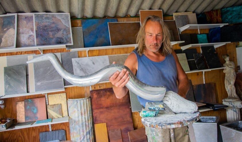 Paul Kalishoek aan het werk in Melissant (Foto: Sam Fish).