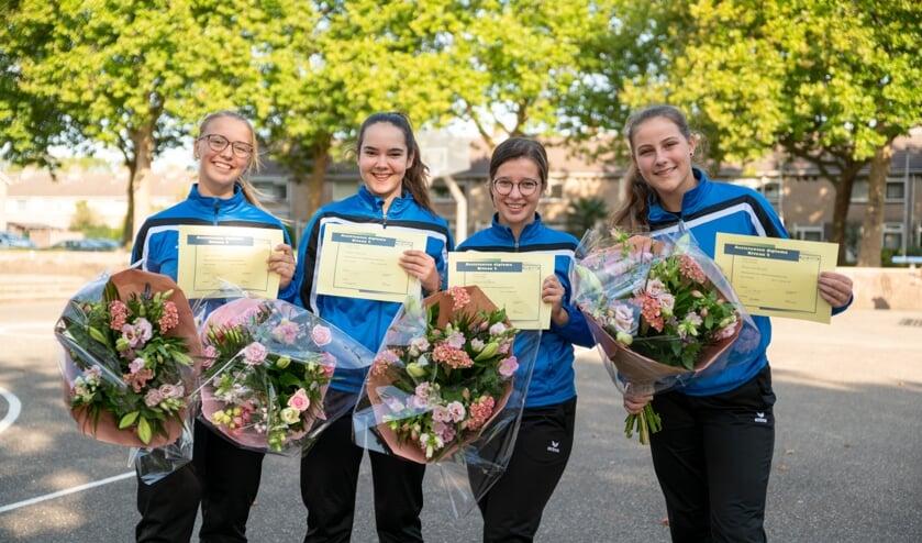 Van links naar rechts: Inge de Ronde, Grethe Wagenaar, Debora van Wezel en Thirza van Brussel na het behalen van haar diploma afgelopen zaterdag. De foto is gemaakt door Ellen Kievit- van den Doel.
