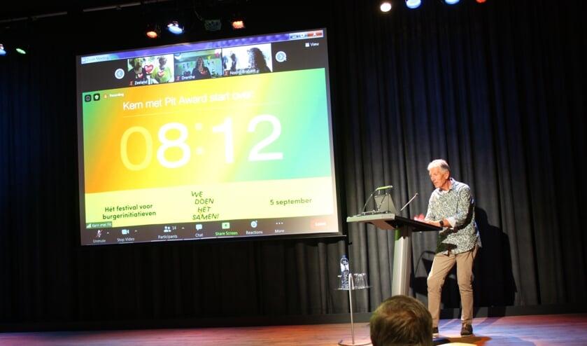 Aad van den Hoek, waarnemend voorzitter van de Stichting Watertoren Dirksland, kijkt naar de countdown richting bekendmaking van de Gouden Pit-winnaar (Foto: Kees van Rixoort).