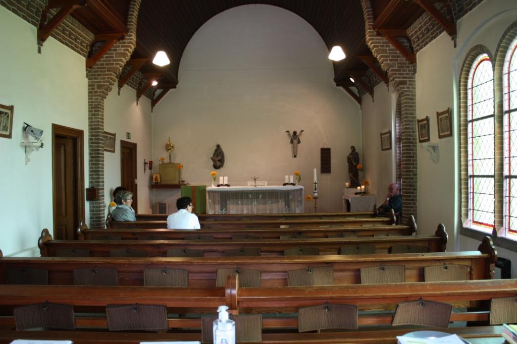 Bezoekers krijgen uitleg over de Sint Jozefkapel in Melissant (Foto: Kees van Rixoort).  ©