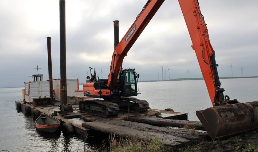 <p>De kraan staat al klaar op het ponton (Foto: Mirjam Terhoeve).</p>