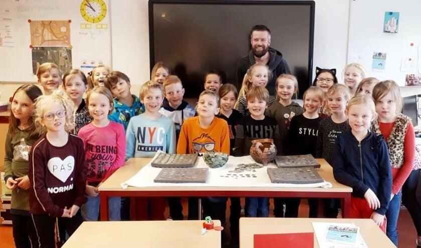 <p>Schatgraver Arco Hoekman met een schoolklas.</p><p><br></p><p><br></p><p><br></p>