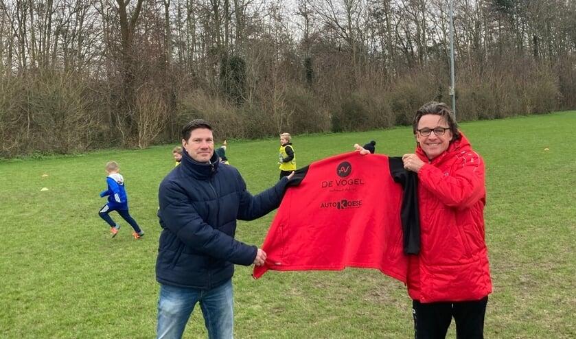 <p>Ton Rekelhof (rechts) verlengt zijn contract als hoofd opleiding bij WFB. Links Johan Westhoeve, bestuurslid Technische Zaken Jeugd (Foto: Dick Wielaard).</p>