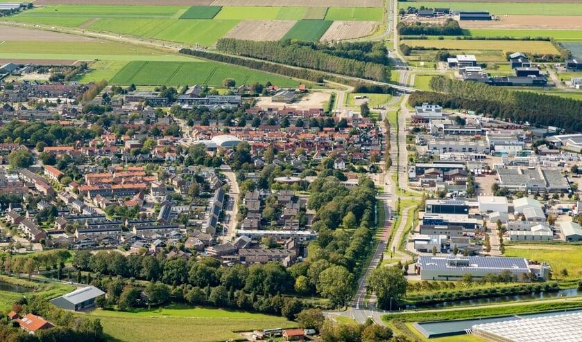 <p>Luchtfoto van Oude-Tonge, met rechts BedrijvenPark Oostflakkee (Foto: Topview Luchtfotografie).</p>