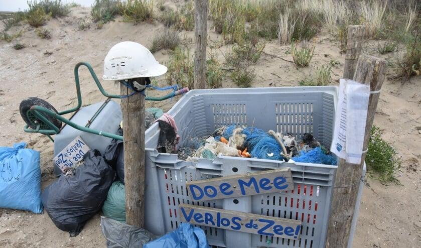 <p>Bij het schoonmaken van de stranden langs de kop van het eiland zijn ook particulieren actief. (Foto: Adri van der Laan)</p>